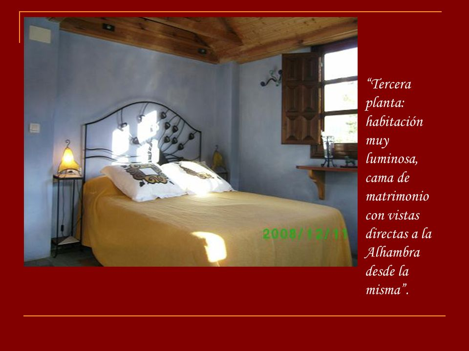 Tercera planta: habitación muy luminosa, cama de matrimonio con vistas directas a la Alhambra desde la misma .