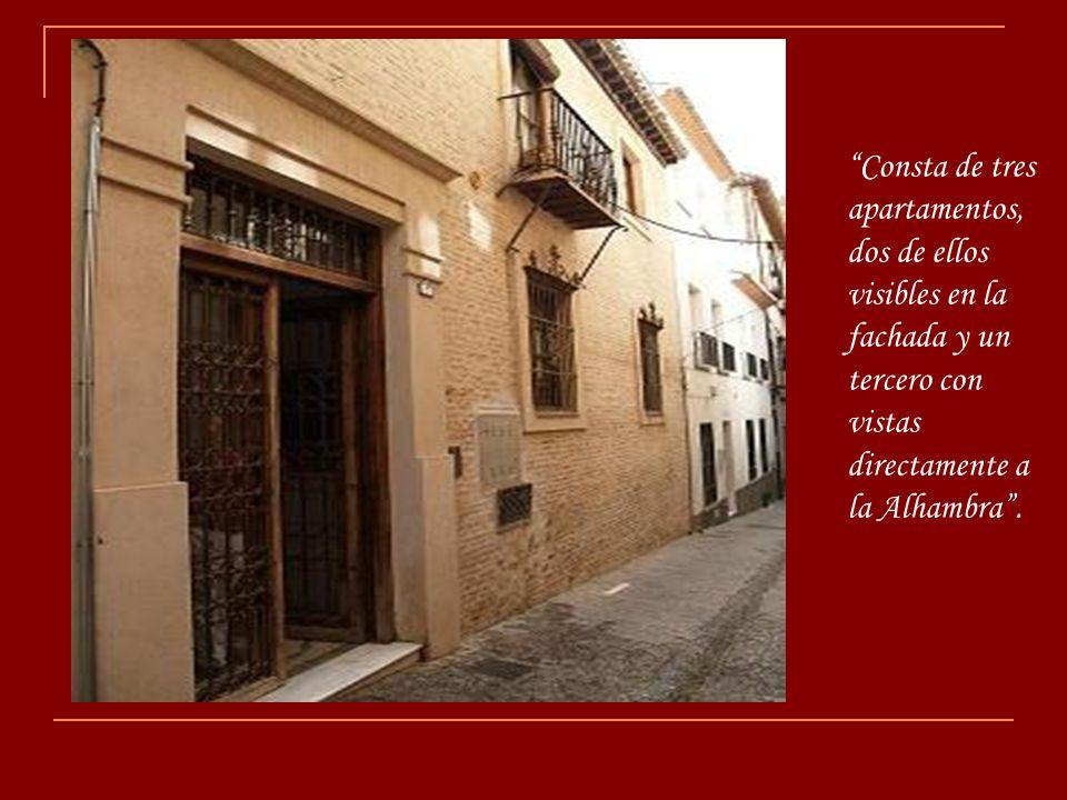 Consta de tres apartamentos, dos de ellos visibles en la fachada y un tercero con vistas directamente a la Alhambra .