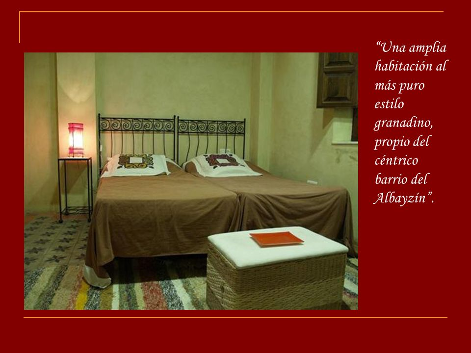 Una amplia habitación al más puro estilo granadino, propio del céntrico barrio del Albayzín .