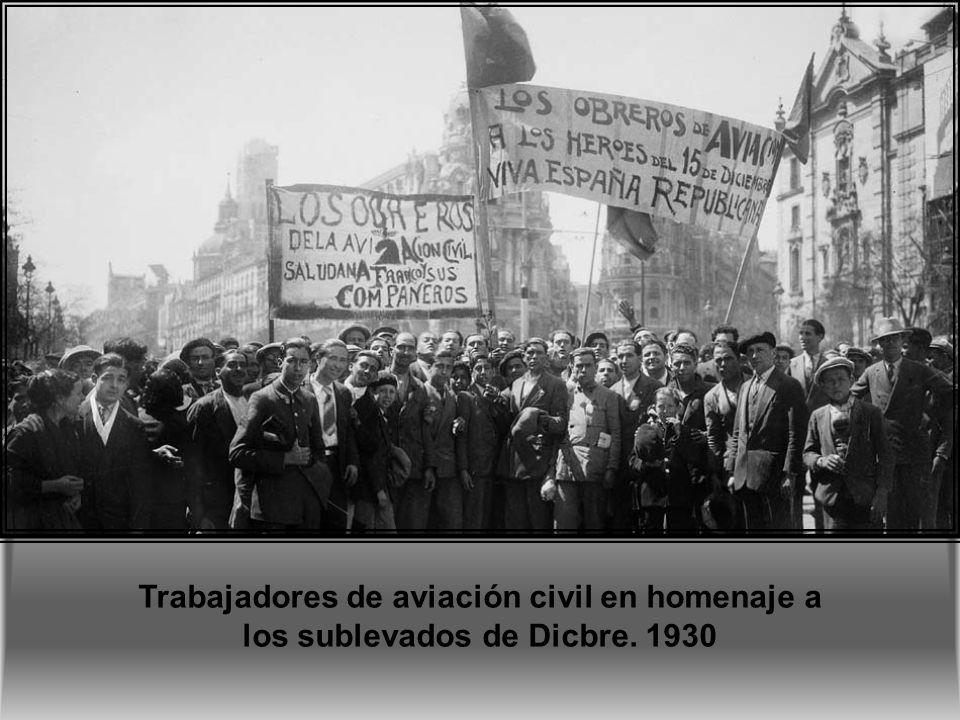 Trabajadores de aviación civil en homenaje a los sublevados de Dicbre