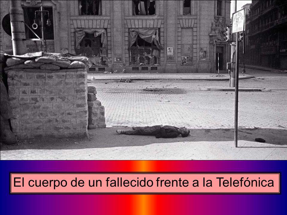 El cuerpo de un fallecido frente a la Telefónica