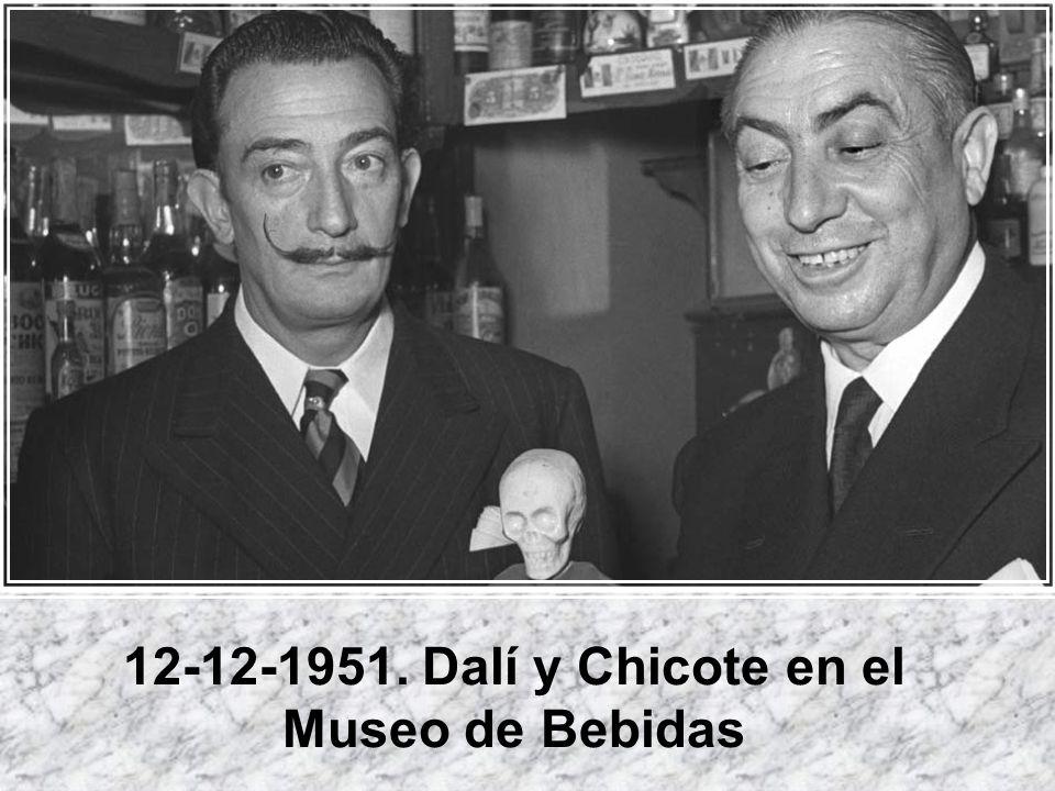 12-12-1951. Dalí y Chicote en el Museo de Bebidas