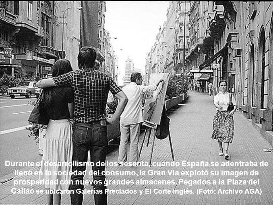 Durante el desarrollismo de los sesenta, cuando España se adentraba de lleno en la sociedad del consumo, la Gran Vía explotó su imagen de prosperidad con nuevos grandes almacenes.