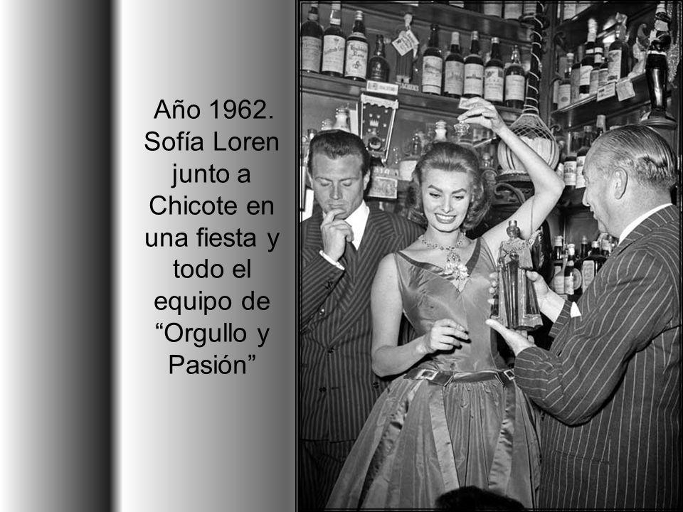 Año 1962. Sofía Loren junto a Chicote en una fiesta y todo el equipo de Orgullo y Pasión