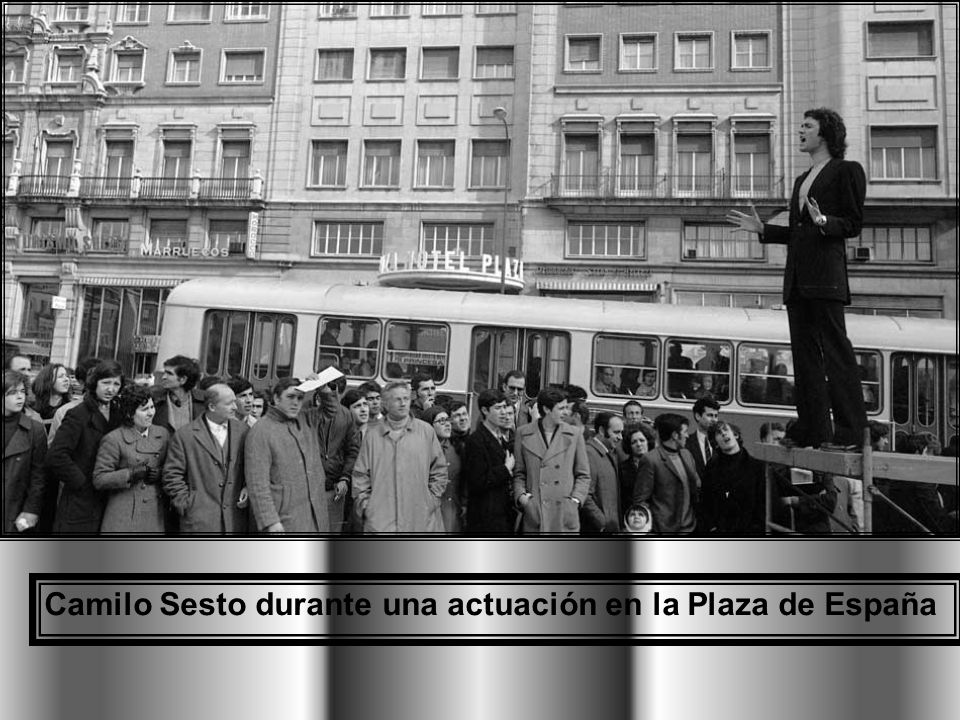 Camilo Sesto durante una actuación en la Plaza de España