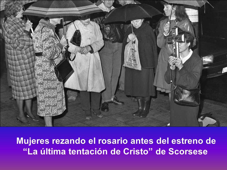 Mujeres rezando el rosario antes del estreno de La última tentación de Cristo de Scorsese