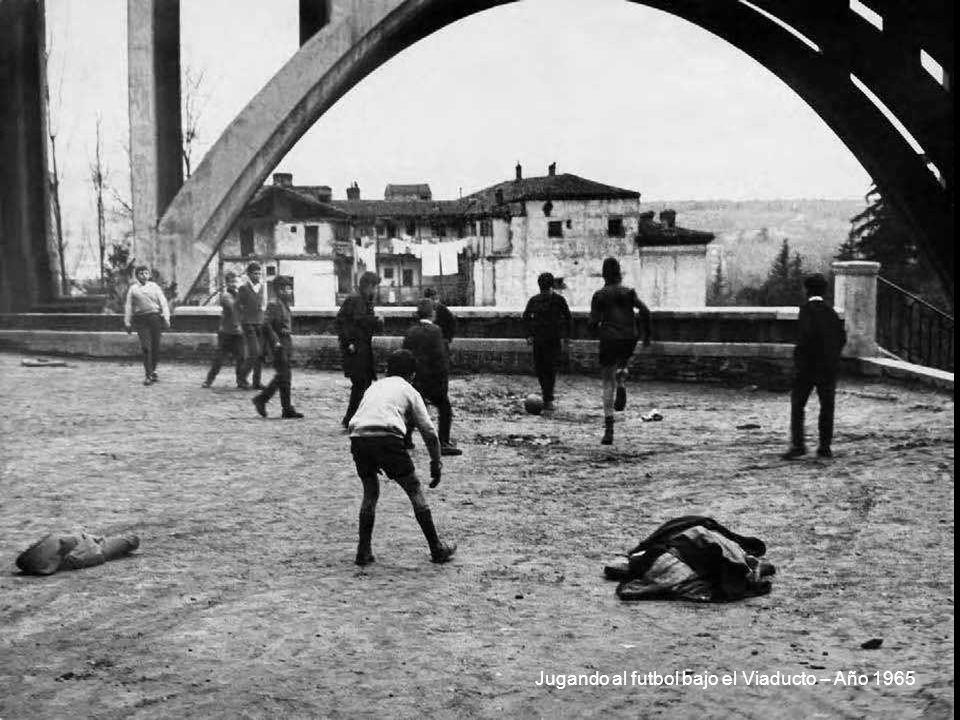 Jugando al futbol bajo el Viaducto – Año 1965