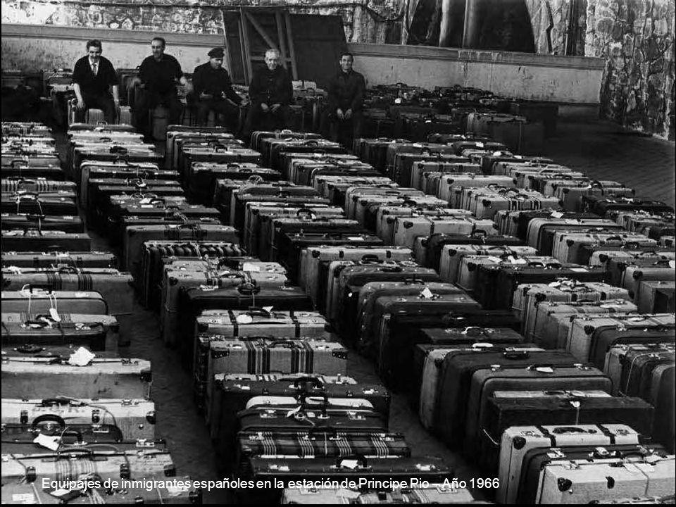 Equipajes de inmigrantes españoles en la estación de Principe Pio – Año 1966