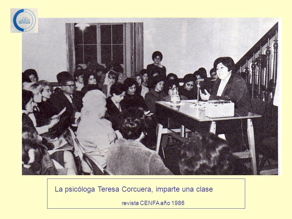 La psicóloga Teresa Corcuera, imparte una clase