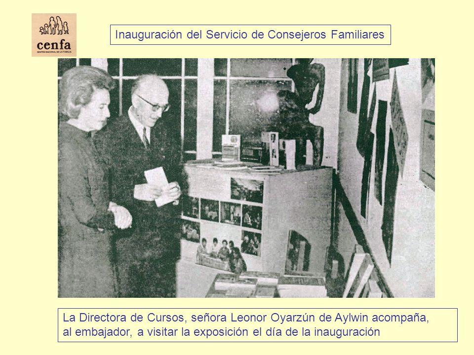 La Directora de Cursos, señora Leonor Oyarzún de Aylwin acompaña, al embajador, a visitar la exposición el día de la inauguración