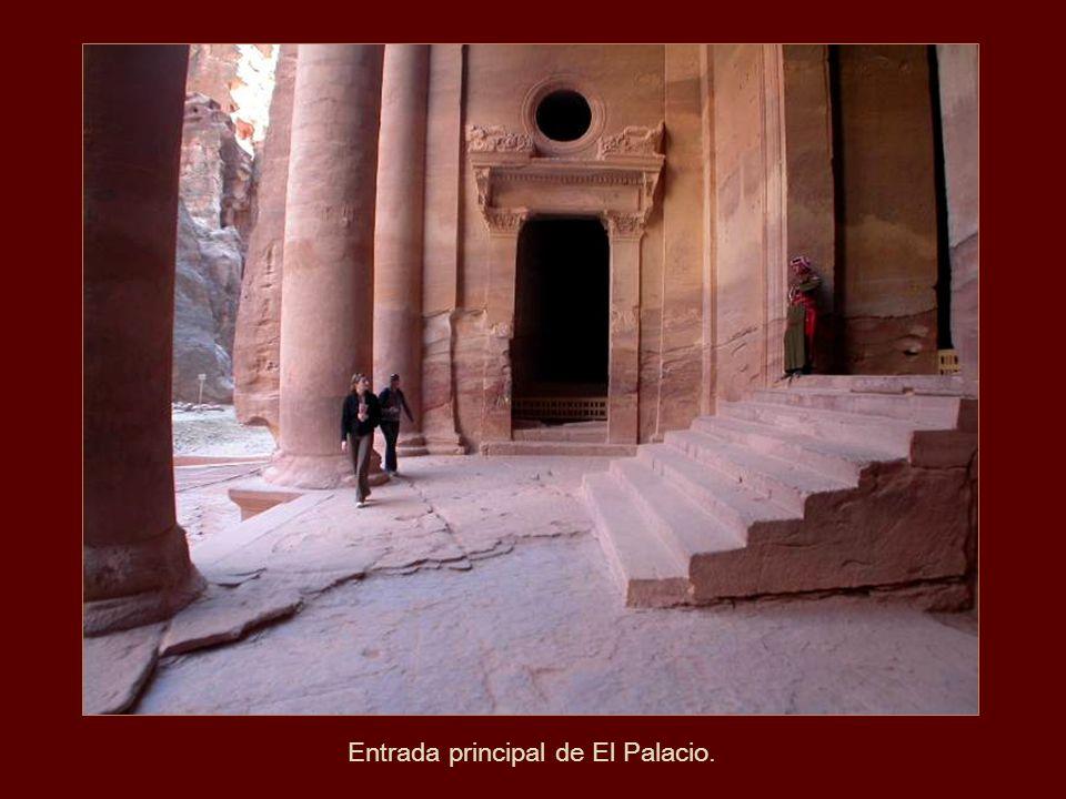 Entrada principal de El Palacio.