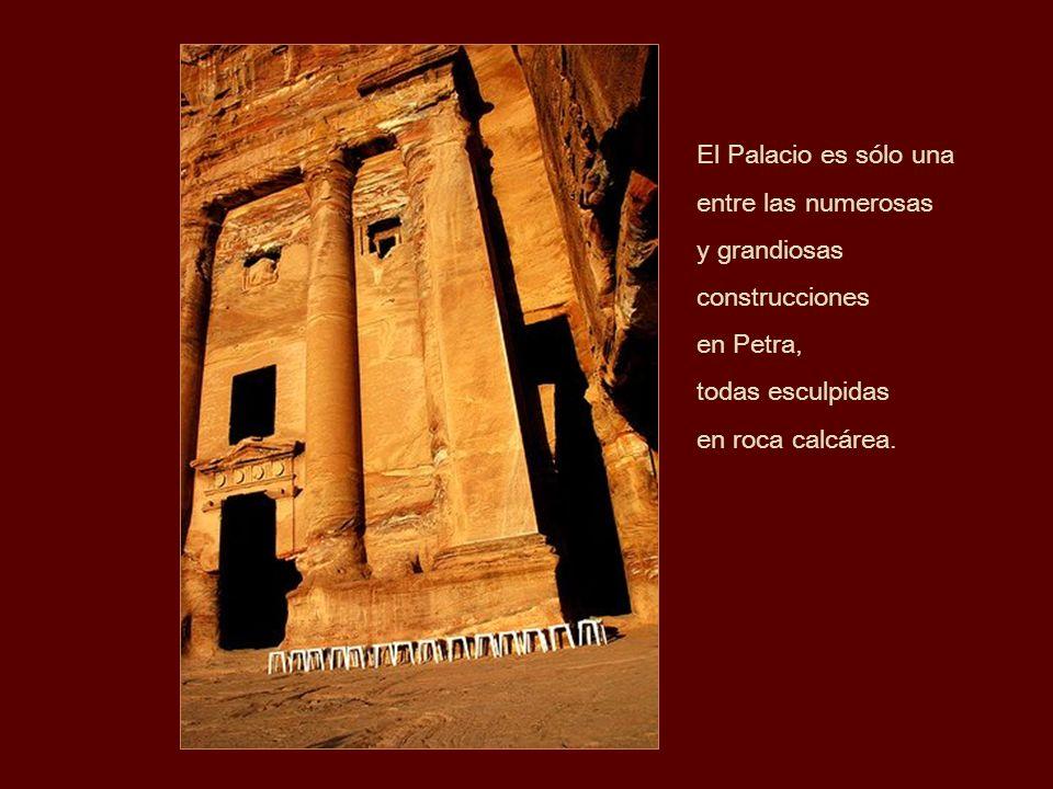 El Palacio es sólo unaentre las numerosas. y grandiosas. construcciones. en Petra, todas esculpidas.