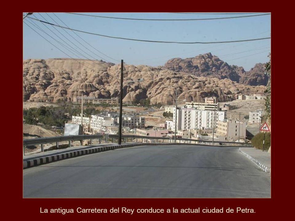 La antigua Carretera del Rey conduce a la actual ciudad de Petra.