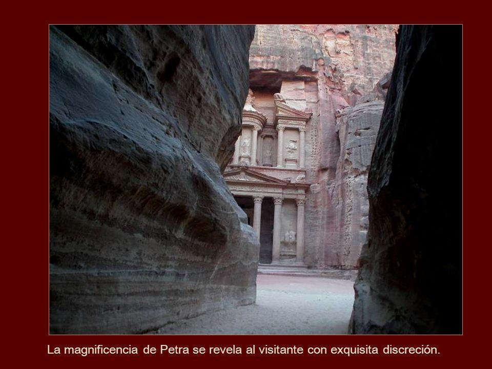La magnificencia de Petra se revela al visitante con exquisita discreción.