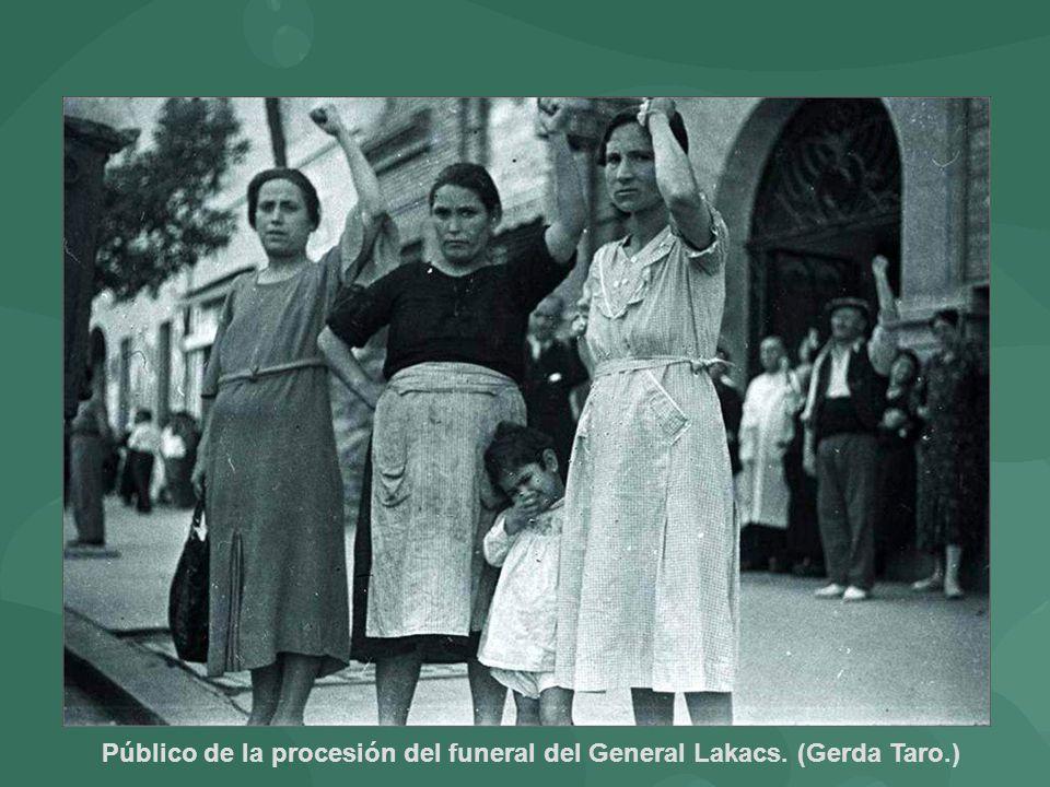 Público de la procesión del funeral del General Lakacs. (Gerda Taro.)