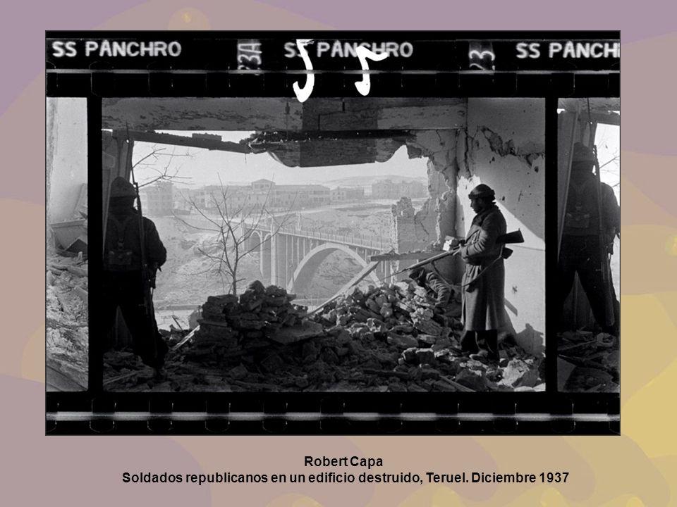 Robert Capa Soldados republicanos en un edificio destruido, Teruel