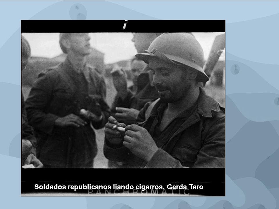 Soldados republicanos liando cigarros. Gerda Taro
