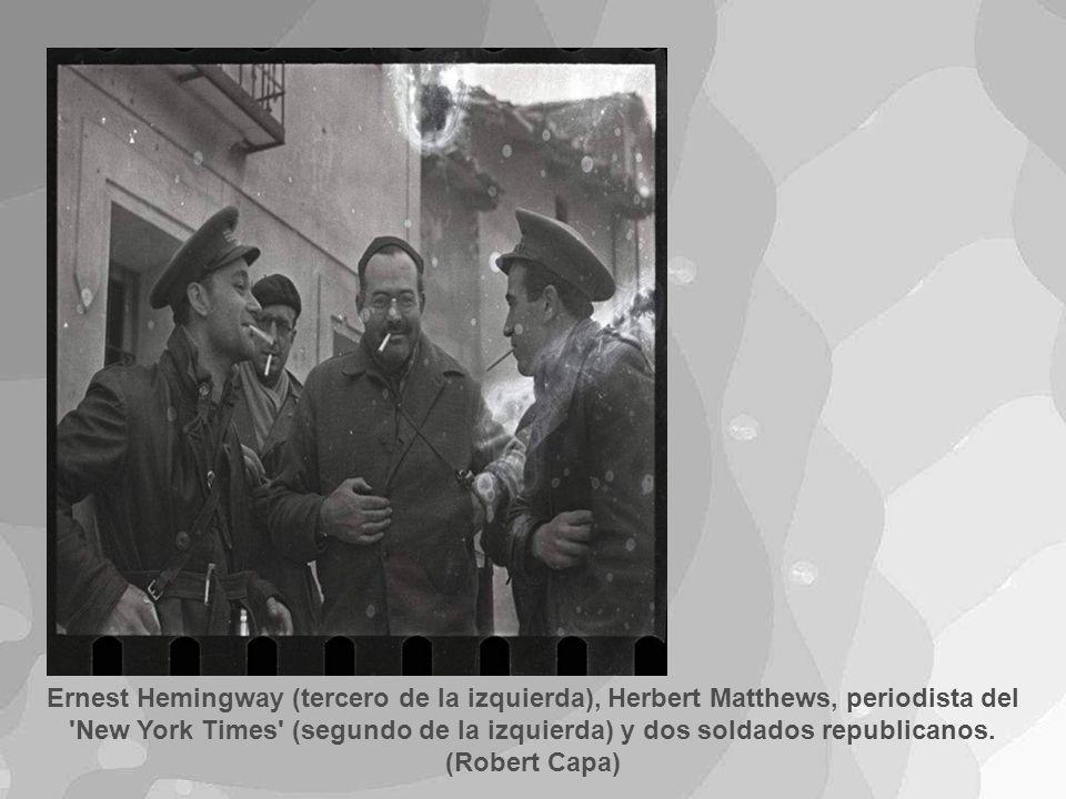 Ernest Hemingway (tercero de la izquierda), Herbert Matthews, periodista del New York Times (segundo de la izquierda) y dos soldados republicanos.