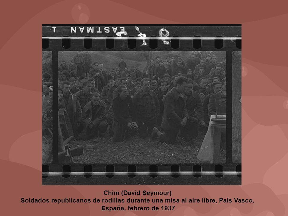 Chim (David Seymour) Soldados republicanos de rodillas durante una misa al aire libre, País Vasco,