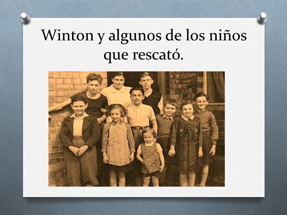 Winton y algunos de los niños que rescató.