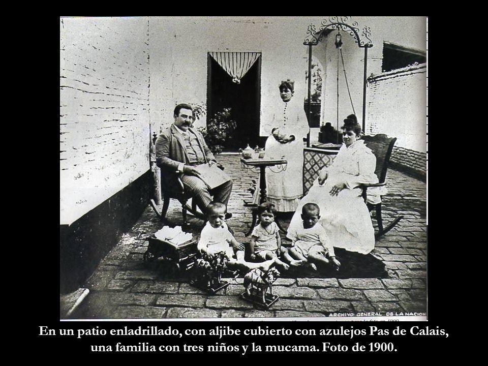 una familia con tres niños y la mucama. Foto de 1900.