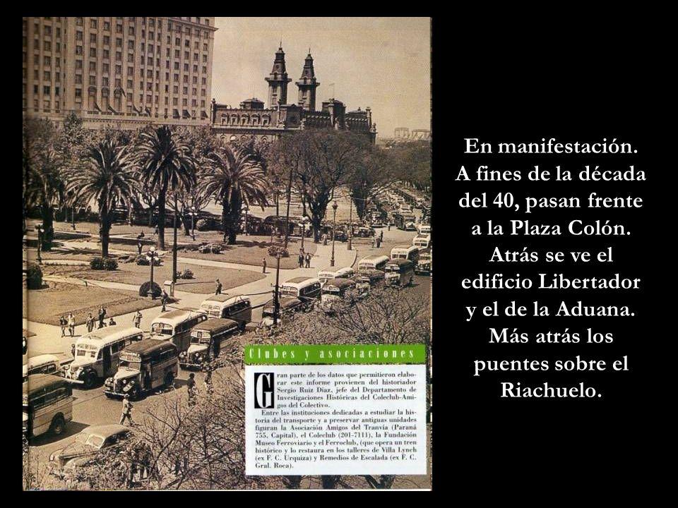 A fines de la década del 40, pasan frente a la Plaza Colón.