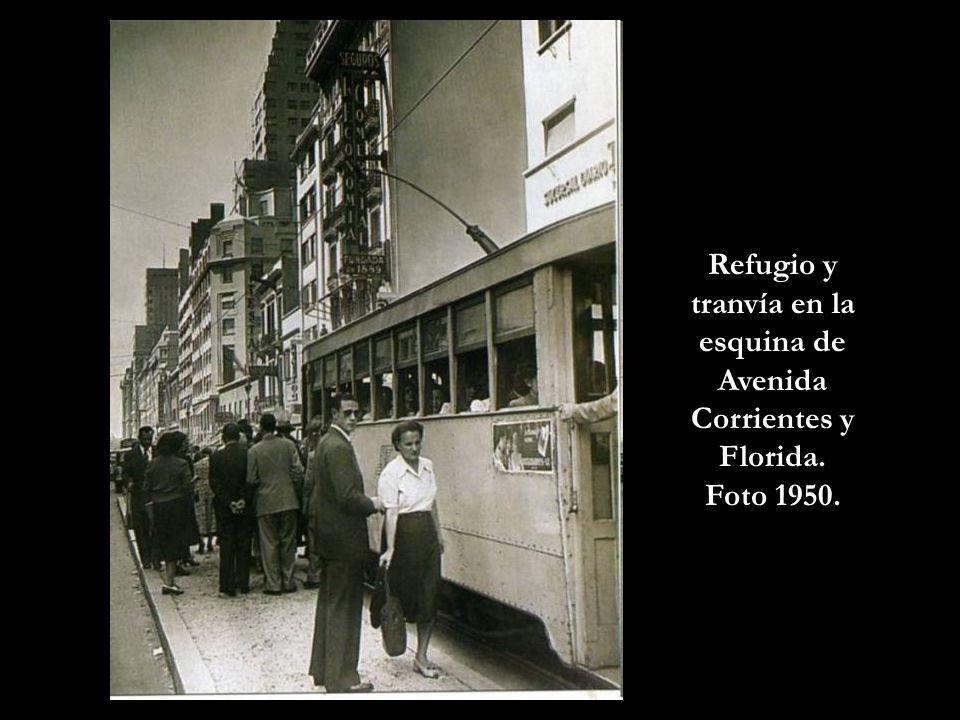 Refugio y tranvía en la esquina de Avenida Corrientes y Florida.