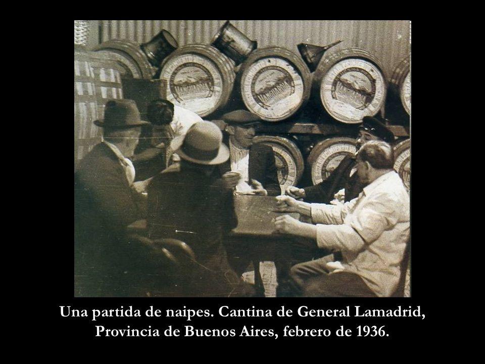 Una partida de naipes. Cantina de General Lamadrid, Provincia de Buenos Aires, febrero de 1936.