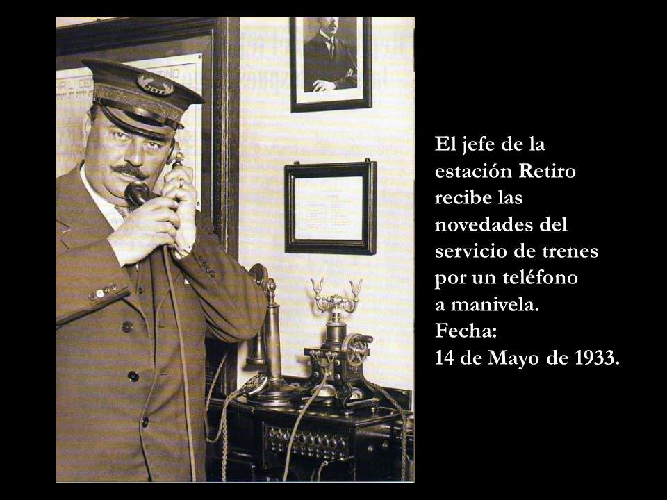El jefe de la estación Retiro recibe las novedades del servicio de trenes por un teléfono