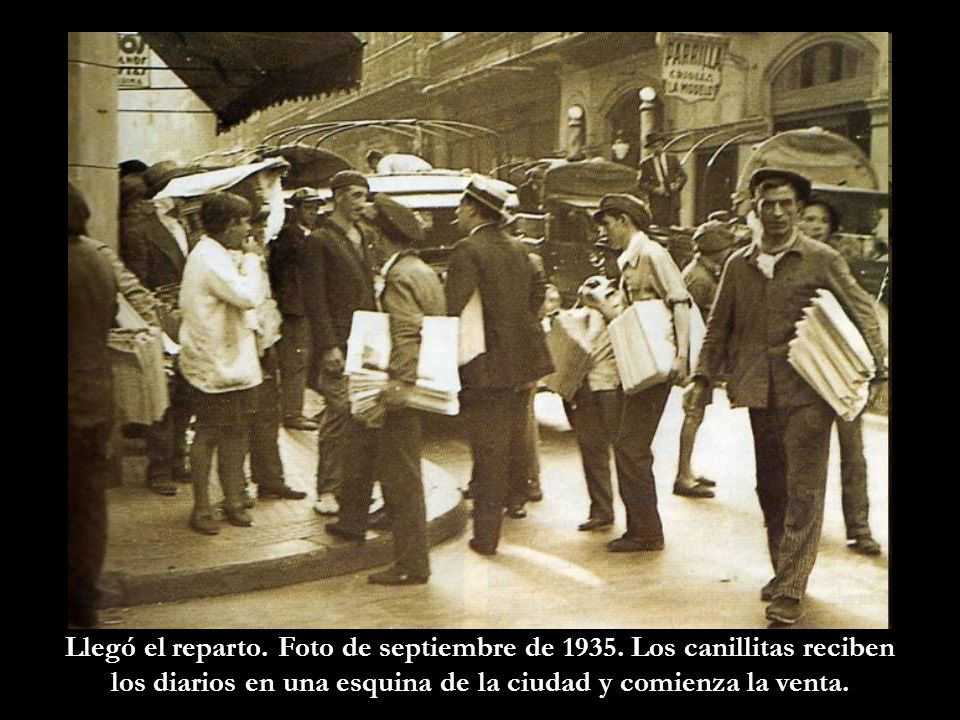 Llegó el reparto. Foto de septiembre de 1935. Los canillitas reciben