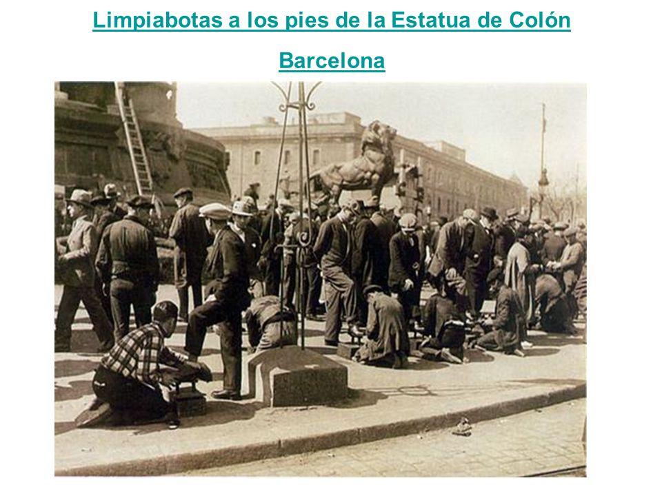 Limpiabotas a los pies de la Estatua de Colón Barcelona