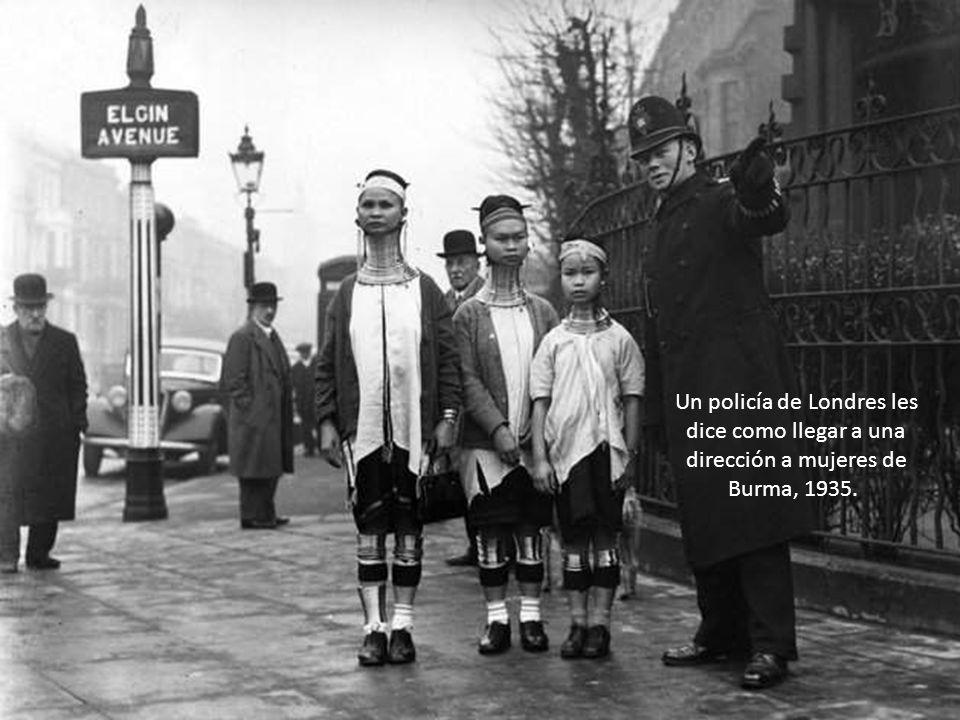 Un policía de Londres les dice como llegar a una dirección a mujeres de Burma, 1935.