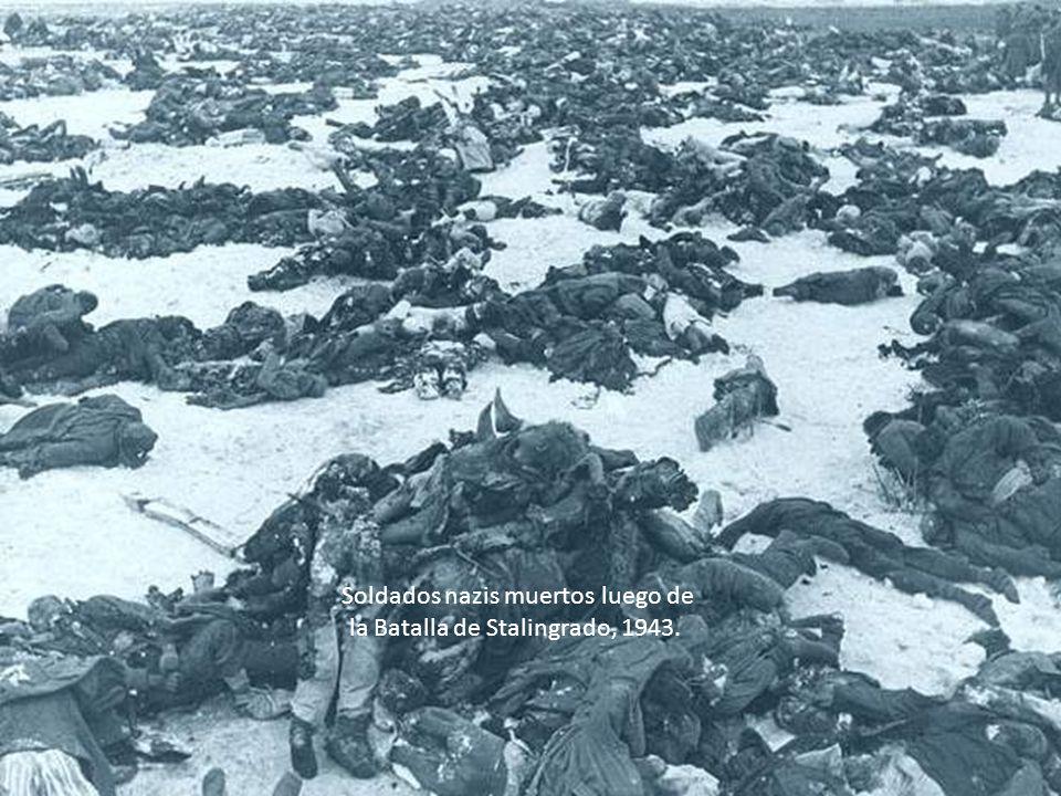 Soldados nazis muertos luego de la Batalla de Stalingrado, 1943.