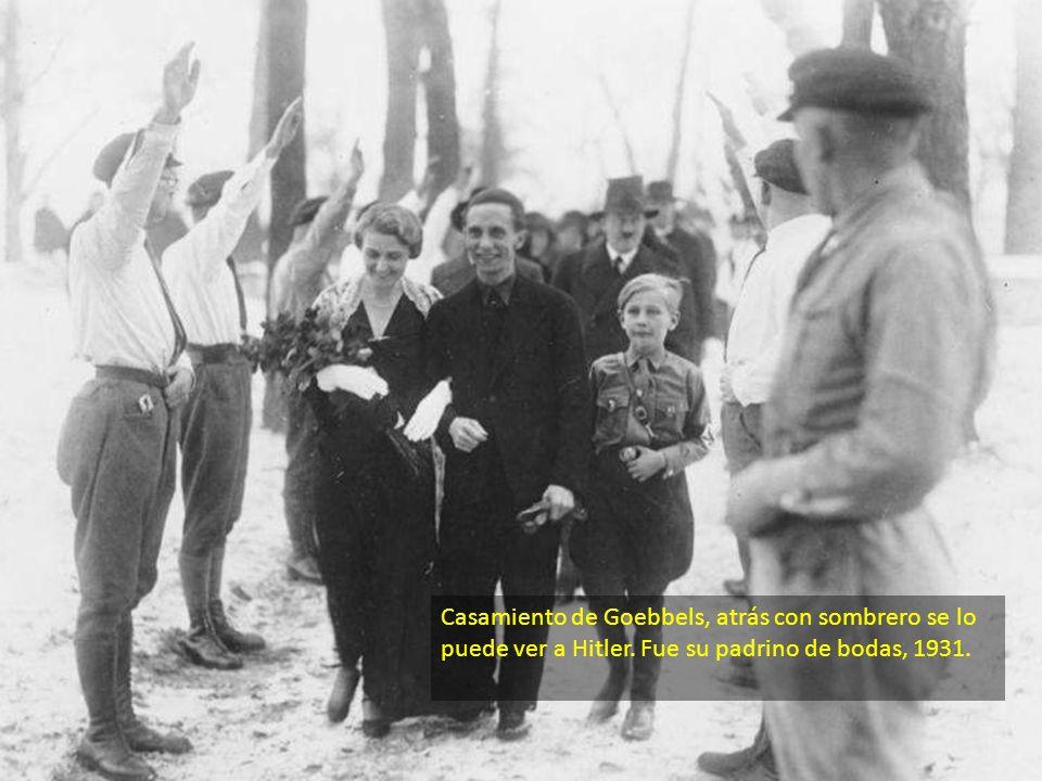 Casamiento de Goebbels, atrás con sombrero se lo puede ver a Hitler