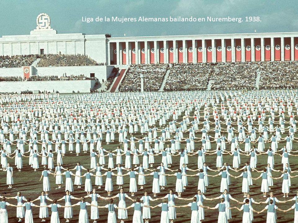 Liga de la Mujeres Alemanas bailando en Nuremberg. 1938.