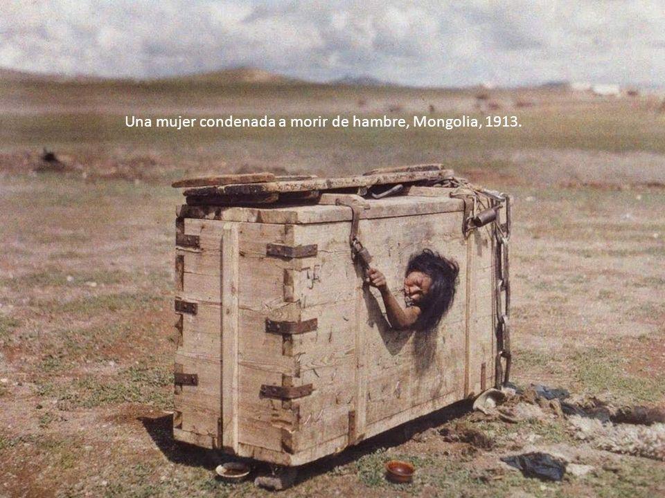 Una mujer condenada a morir de hambre, Mongolia, 1913.