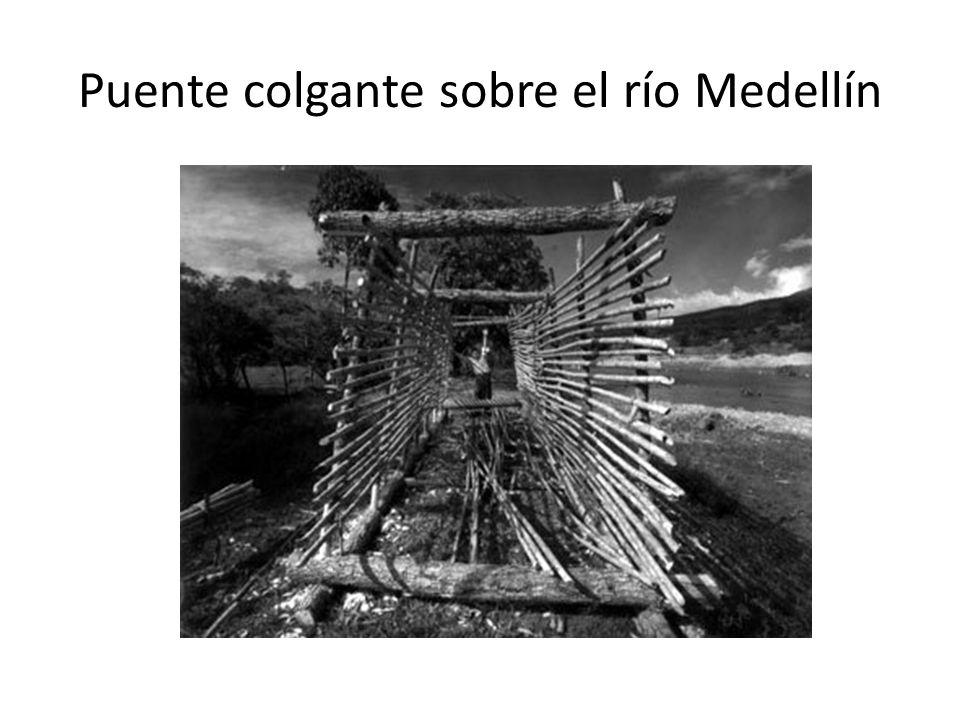 Puente colgante sobre el río Medellín