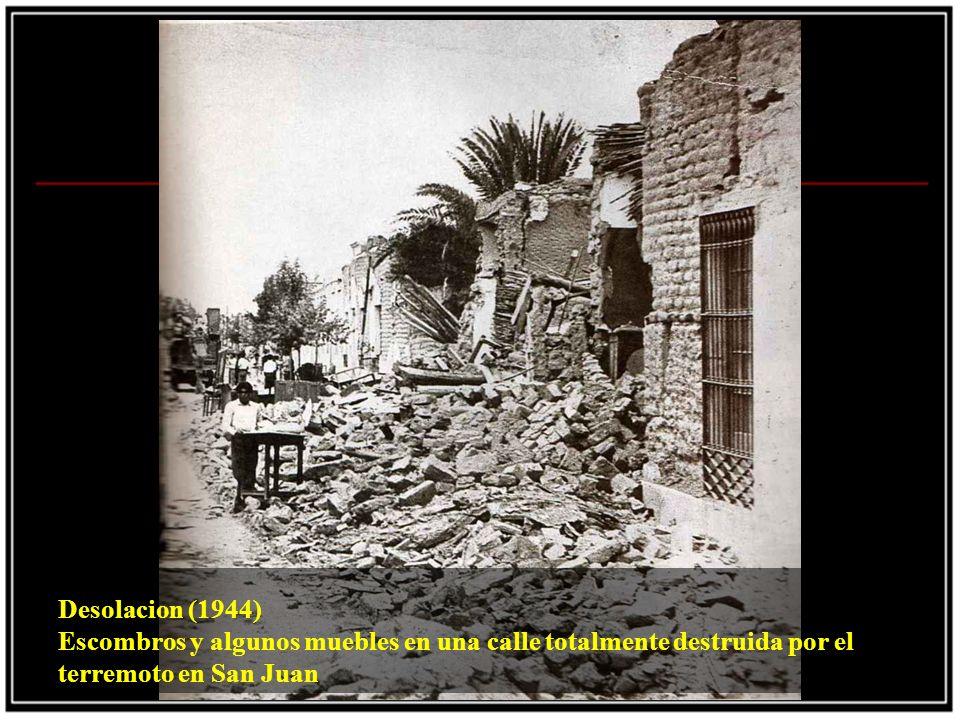 Desolacion (1944) Escombros y algunos muebles en una calle totalmente destruida por el terremoto en San Juan.