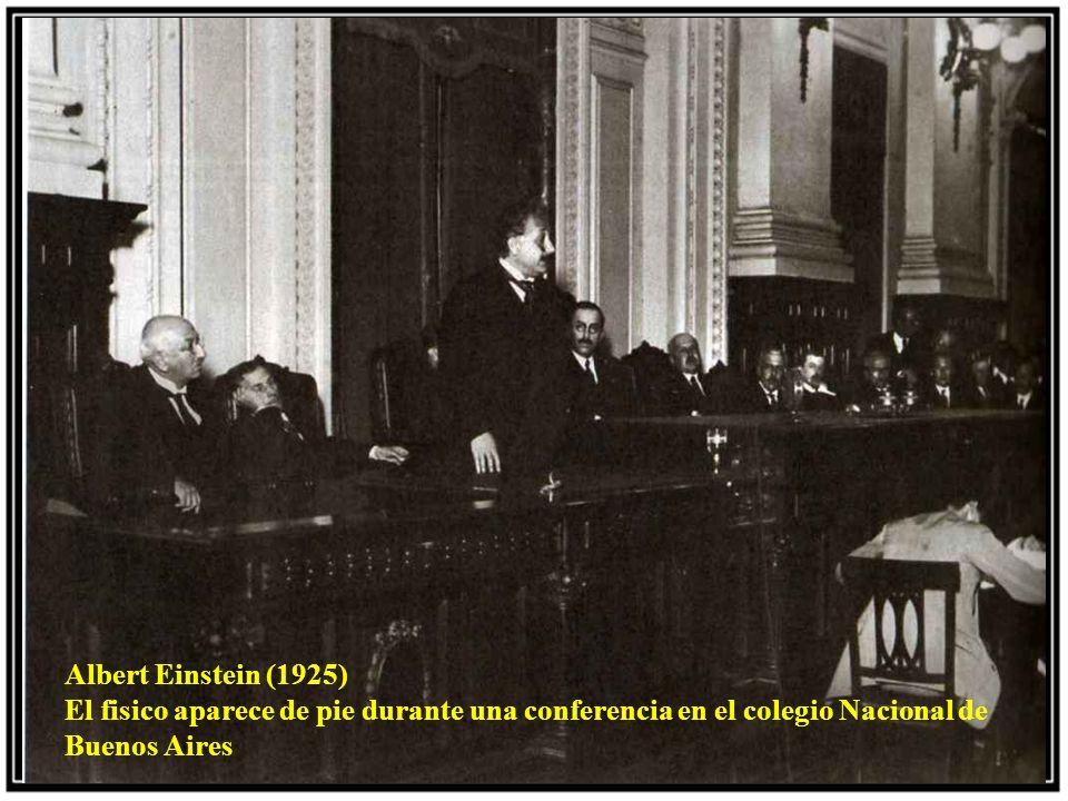 Albert Einstein (1925) El fisico aparece de pie durante una conferencia en el colegio Nacional de Buenos Aires