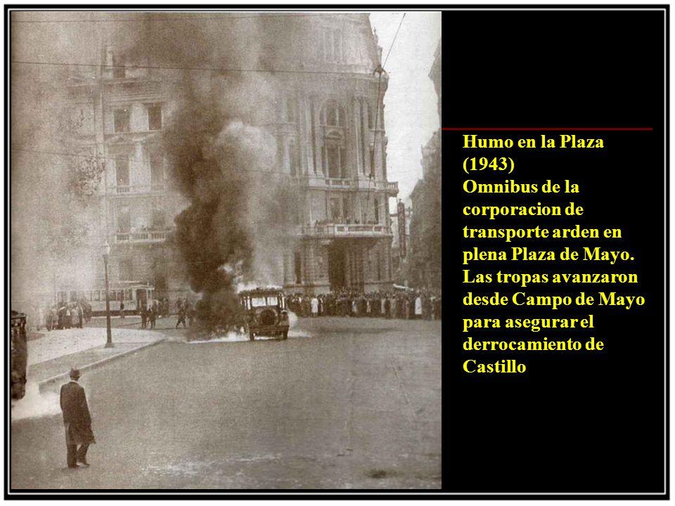 Humo en la Plaza (1943) Omnibus de la corporacion de transporte arden en plena Plaza de Mayo.
