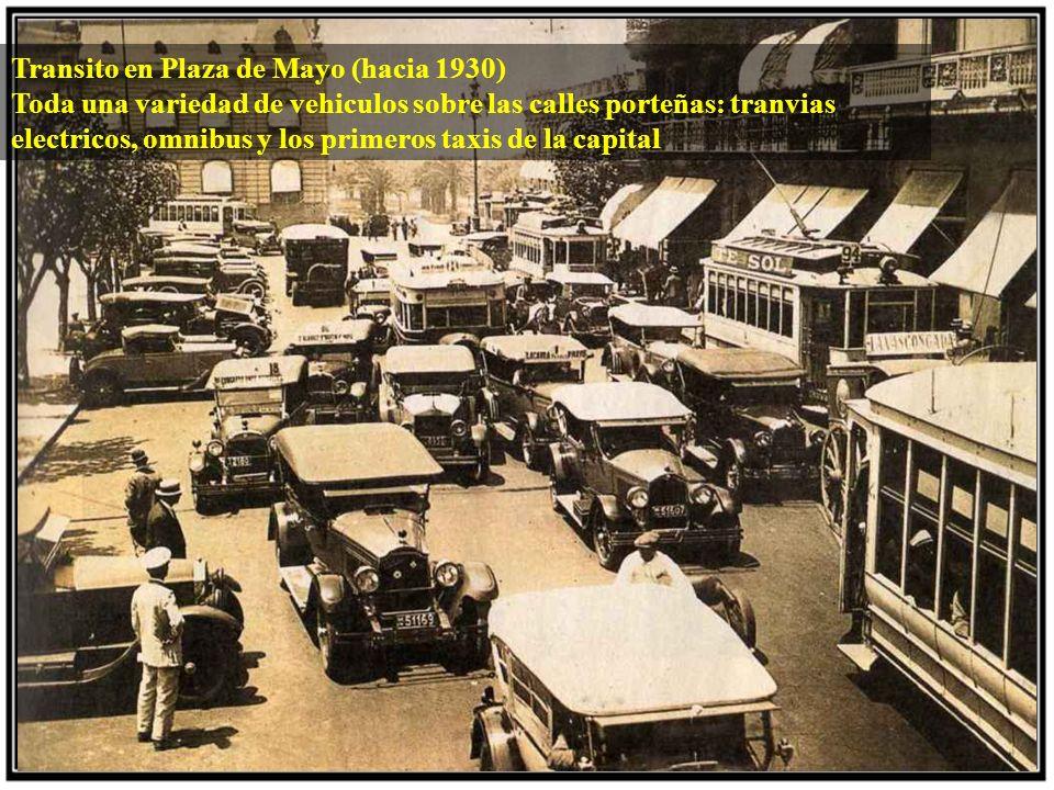 Transito en Plaza de Mayo (hacia 1930) Toda una variedad de vehiculos sobre las calles porteñas: tranvias electricos, omnibus y los primeros taxis de la capital