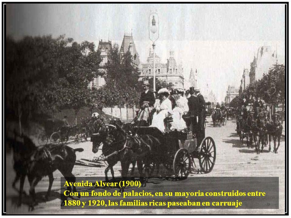 Avenida Alvear (1900) Con un fondo de palacios, en su mayoria construidos entre 1880 y 1920, las familias ricas paseaban en carruaje