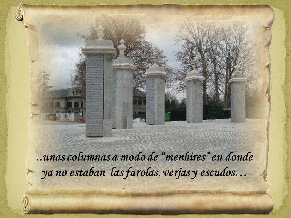 ..unas columnas a modo de menhires en donde ya no estaban las farolas, verjas y escudos…