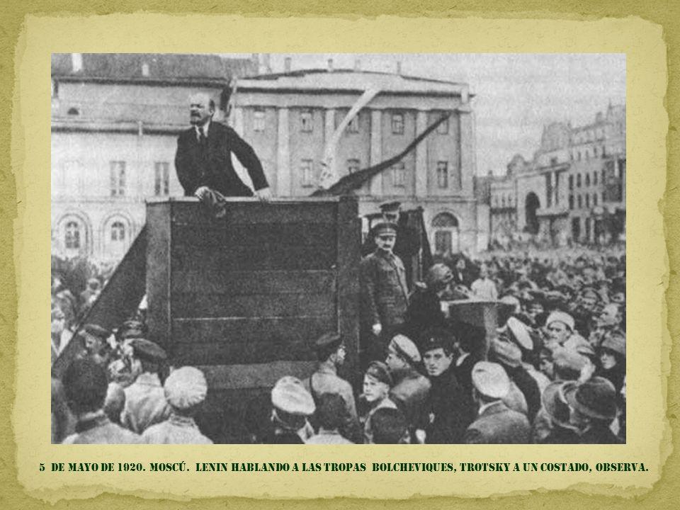 5 de mayo DE 1920. Moscú. Lenin HABLANDO A LAS TROPAS BOLCHEVIQUES, TROTSKY A UN COSTADO, OBSERVA.