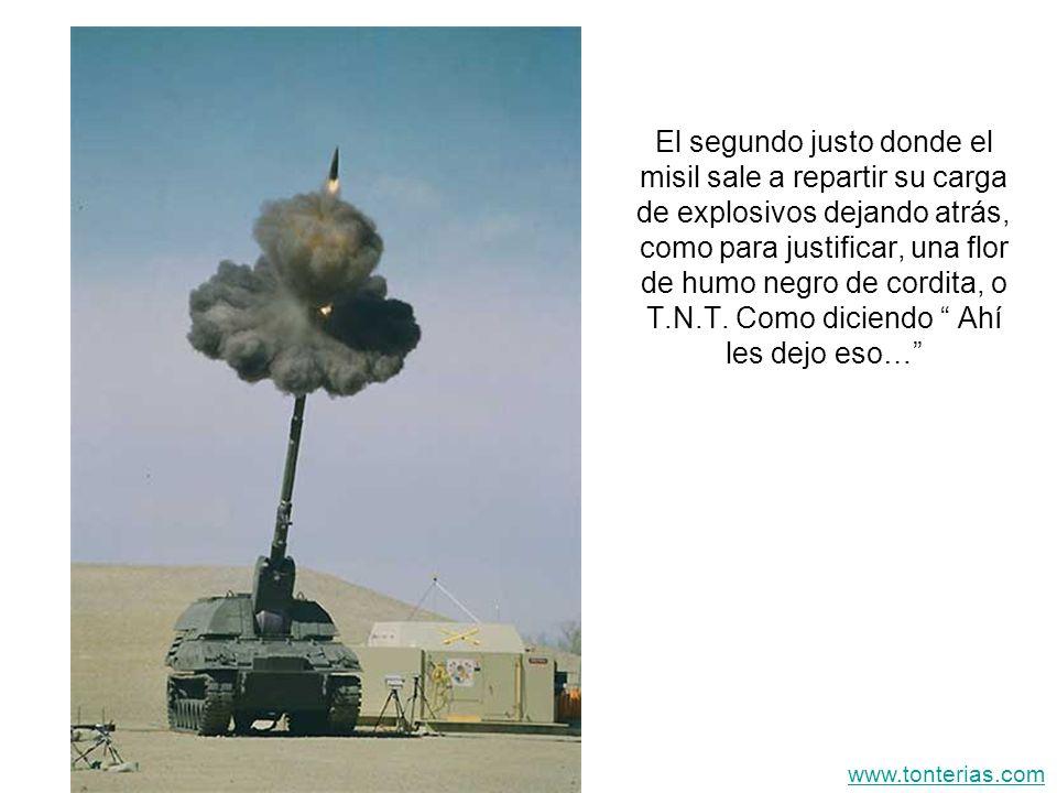 El segundo justo donde el misil sale a repartir su carga de explosivos dejando atrás, como para justificar, una flor de humo negro de cordita, o T.N.T. Como diciendo Ahí les dejo eso…