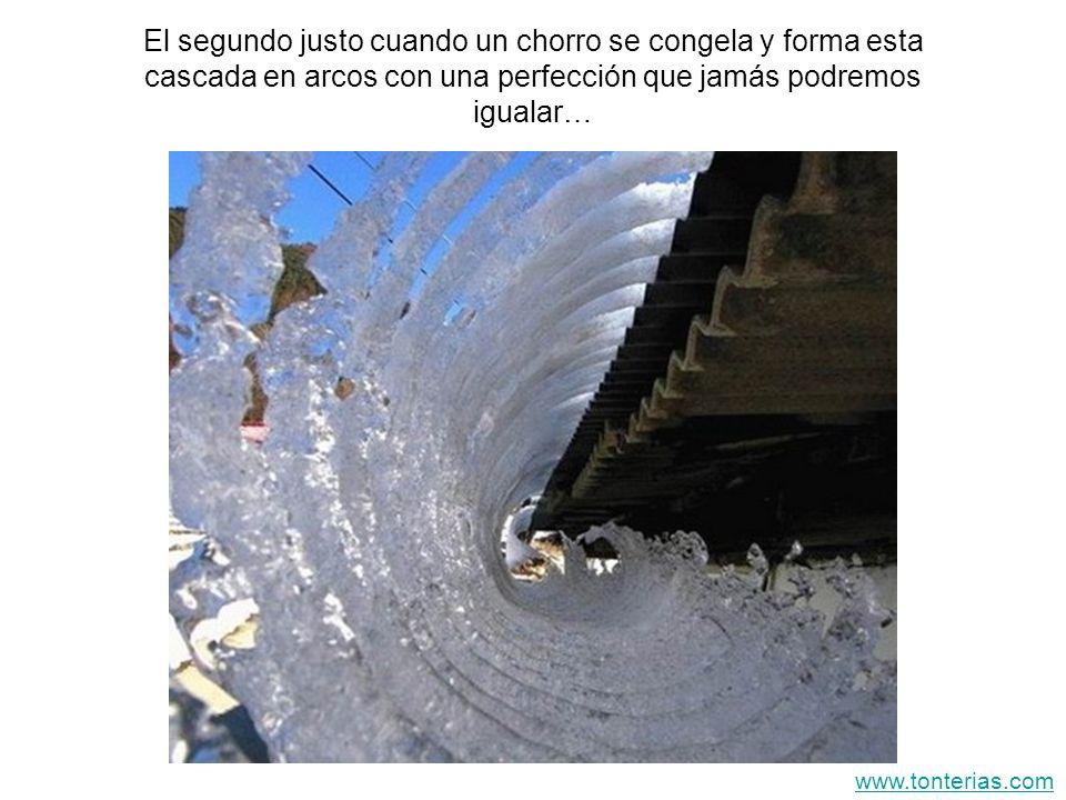 El segundo justo cuando un chorro se congela y forma esta cascada en arcos con una perfección que jamás podremos igualar…