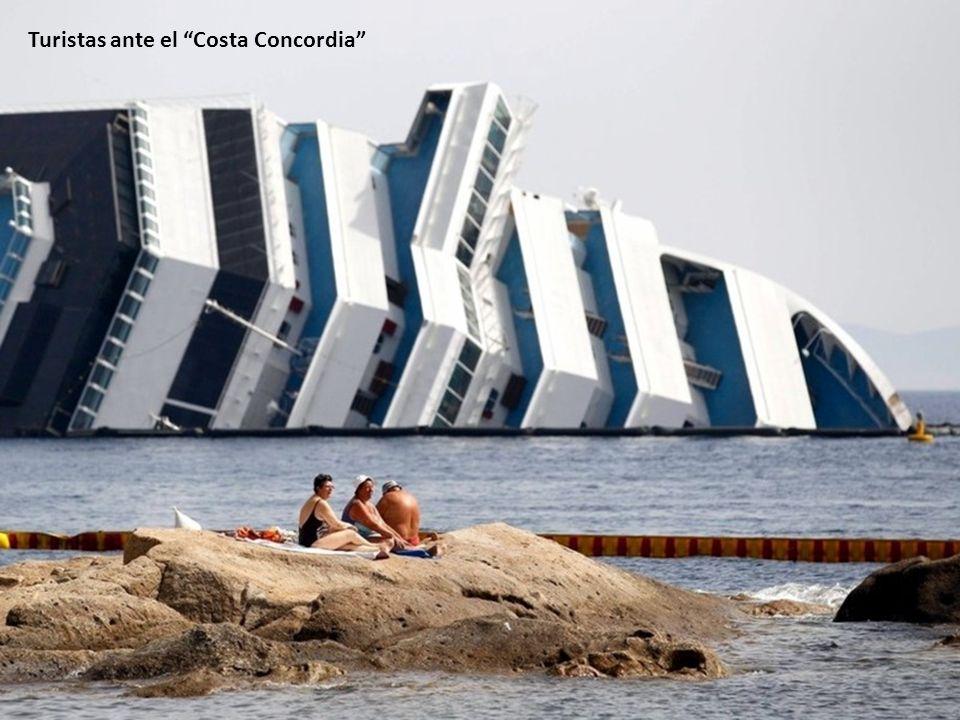 Turistas ante el Costa Concordia