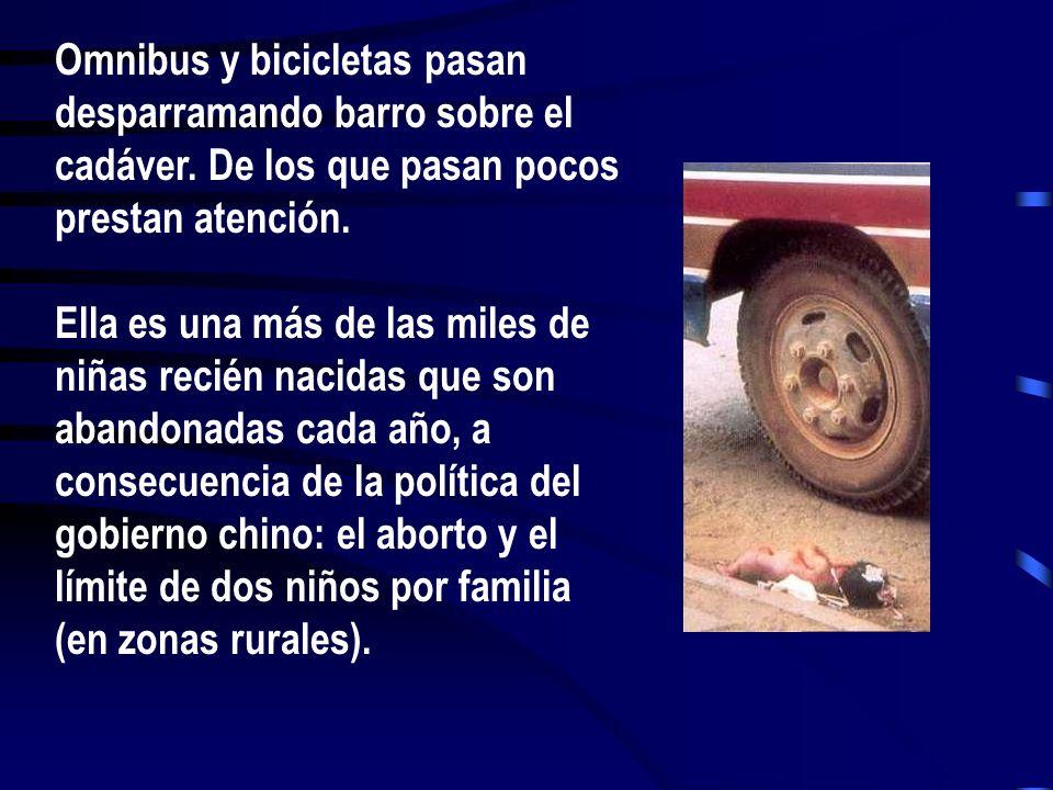 Omnibus y bicicletas pasan desparramando barro sobre el cadáver