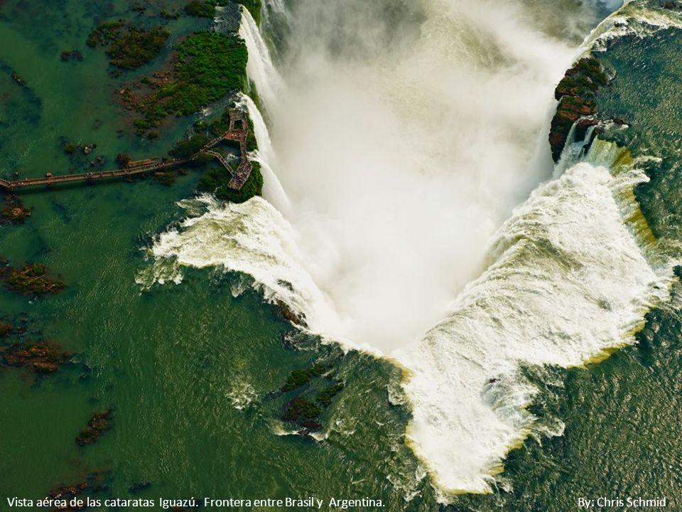 Vista aérea de las cataratas Iguazú. Frontera entre Brasil y Argentina
