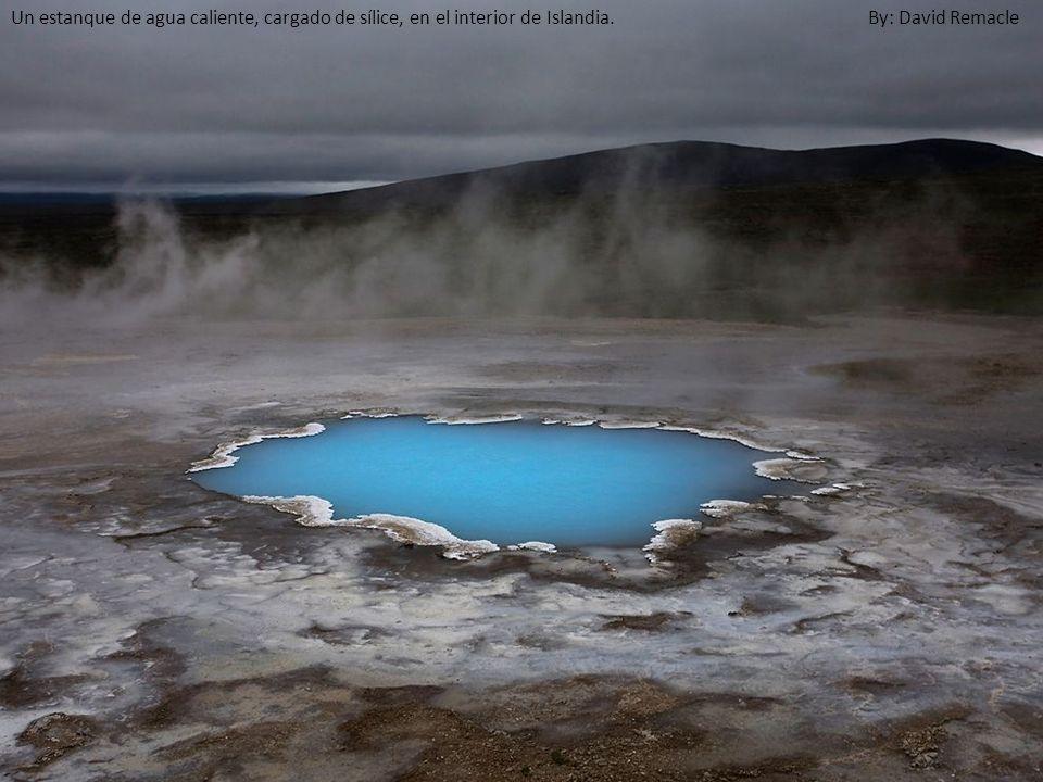 Un estanque de agua caliente, cargado de sílice, en el interior de Islandia. By: David Remacle